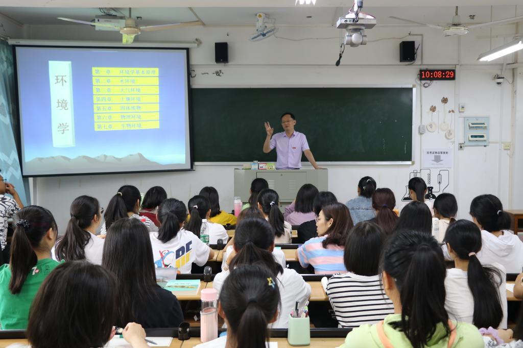 校长李顺兴带头落实课程思政建设要求  为新生讲授专业第...
